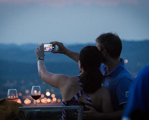 Aperitivi sulla terrazza panoramica nella Torre di Barbaresco